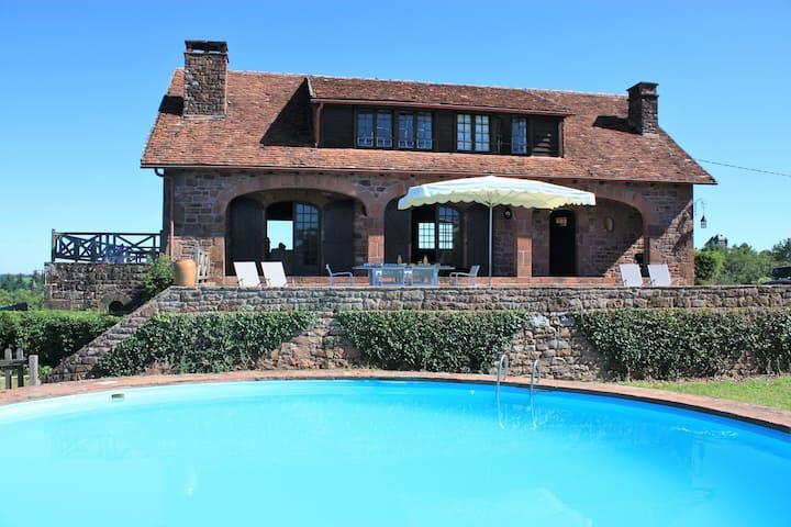Maison en pierre avec piscine et vue magique
