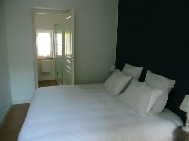 Chambre Lilazur au rez de chaussée avec lit double (180x190)