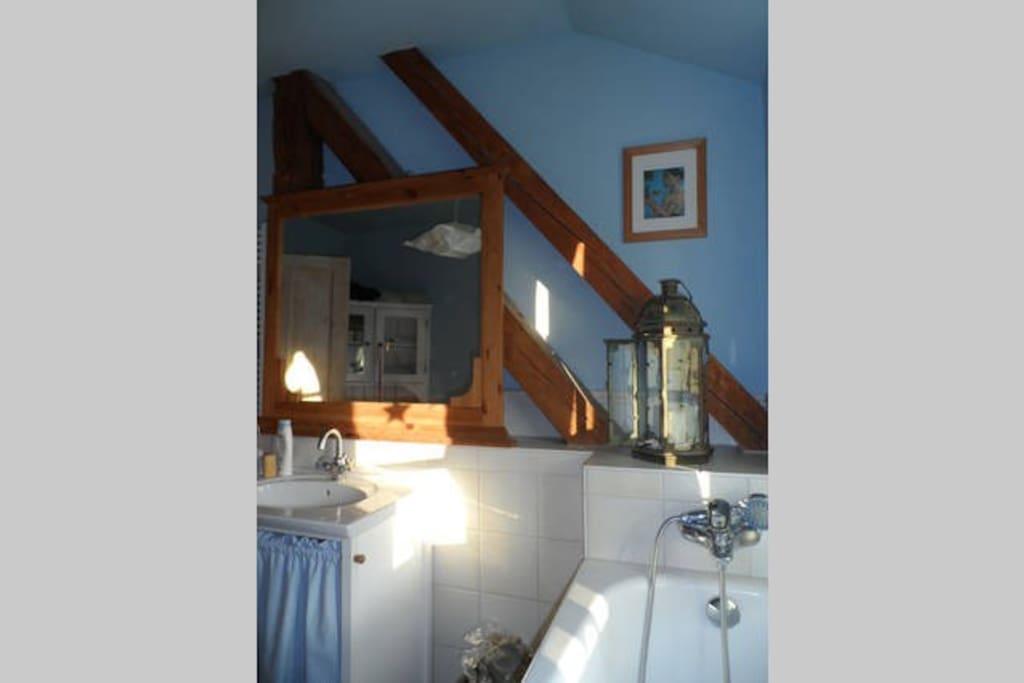 Ein Badezimmer zum Wohlfühlen und Entspannen.