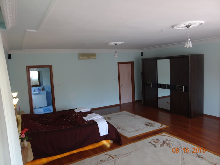 master bedroom. 65sq/mtr. own bathroom, own balcony, parque floor. king size bed.