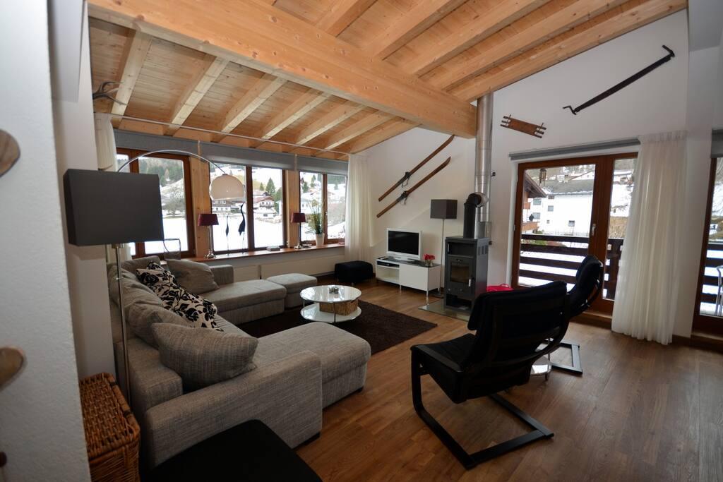 De zeer ruime woonkamer met uitzicht op de piste en de Zugspitze.