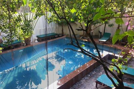 Large Suite in former royal villa! - Daun Penh - Bed & Breakfast