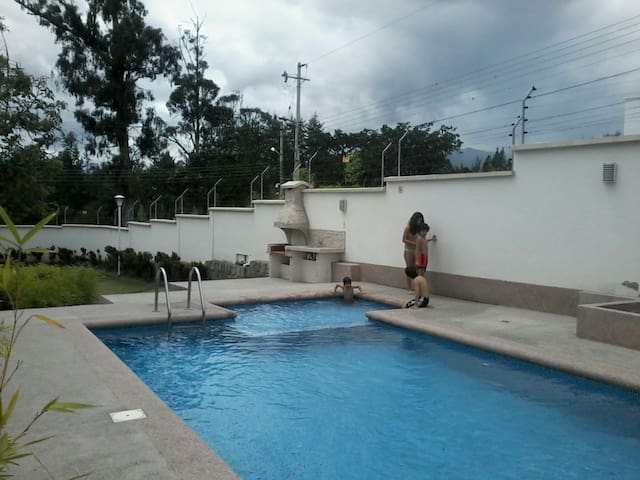 Comfy Room + private bathroom 15 mins from airport - Quito