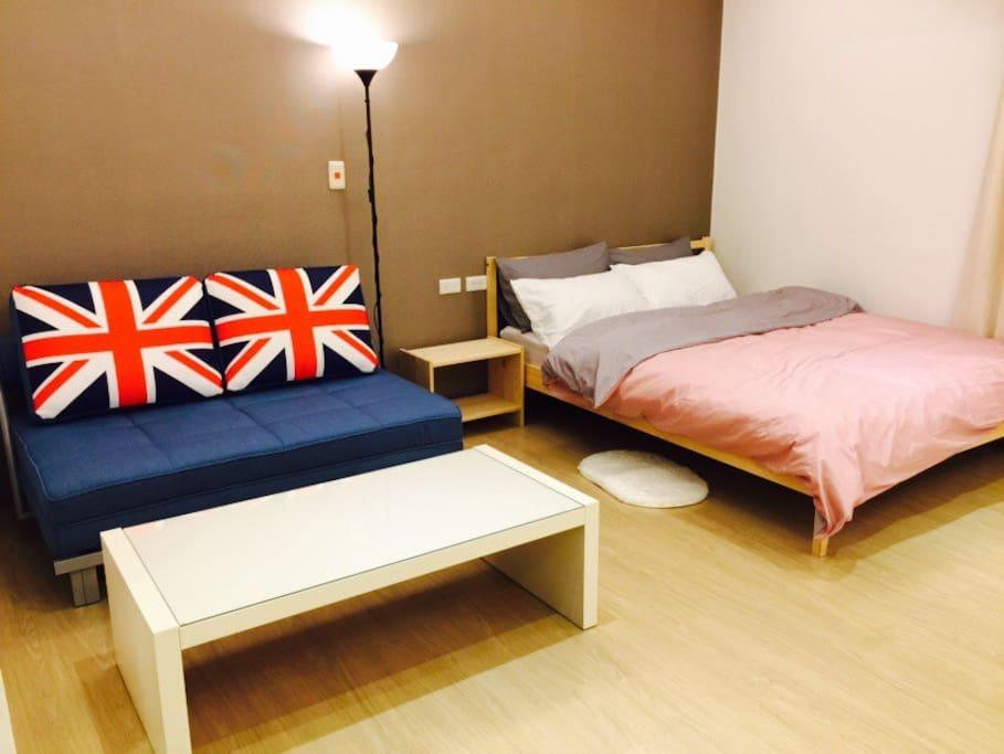 一張雙人床 + 一張舒適沙發床 (適用於2人) = 可入住1~4人喔!