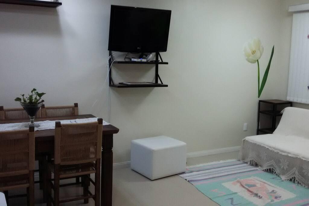 Sala com sofá cama e TV móvel 180'