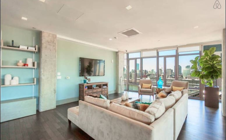 Awesome luxury condo in Seaport