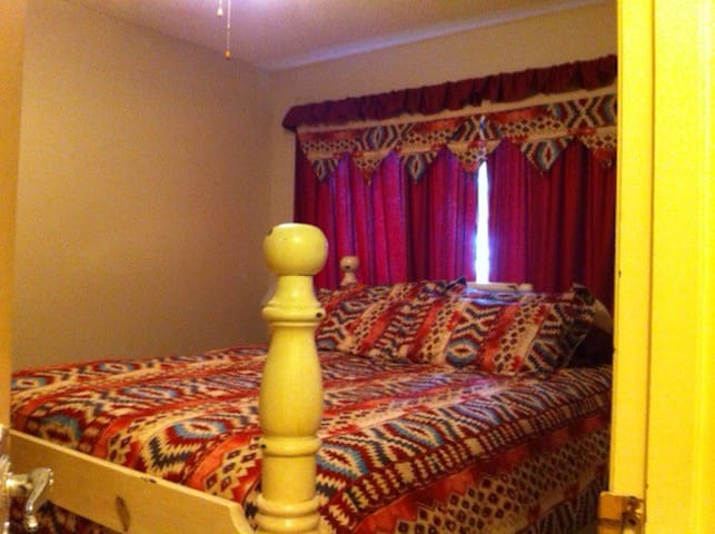 Queen Bed  , Main floor - De Winton - Rumah