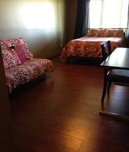 1 Double Bed 1 queen futon - Calgary
