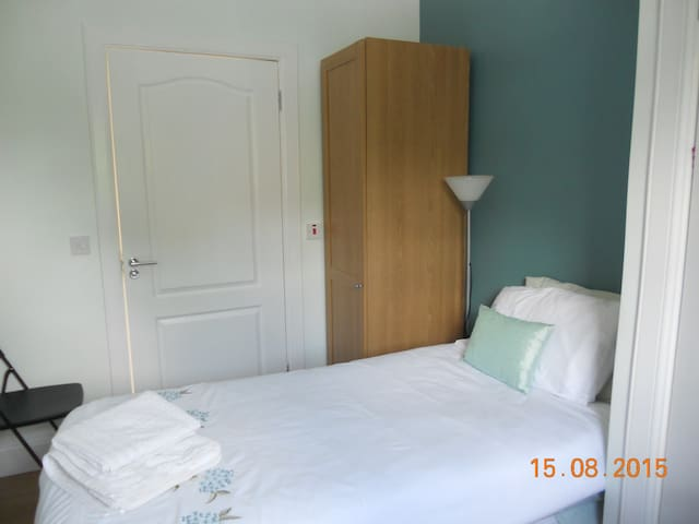 Single Rm en suite ideal for tram & Edinburgh Park
