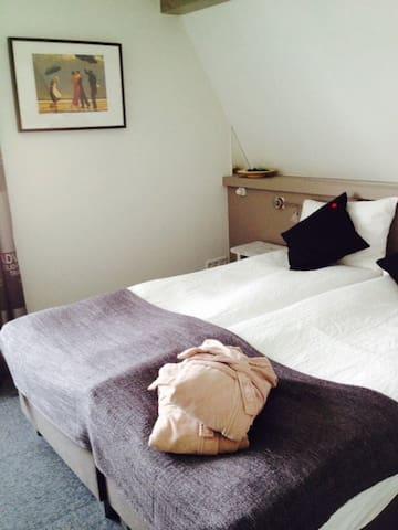 Mooie ruime 2 persoons kamer - Rhenen - Bed & Breakfast