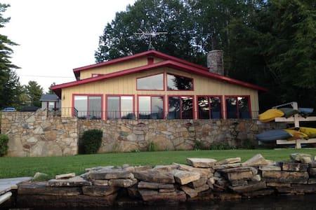 Lakefront home in Huletts Landing - Huletts Landing - บ้าน