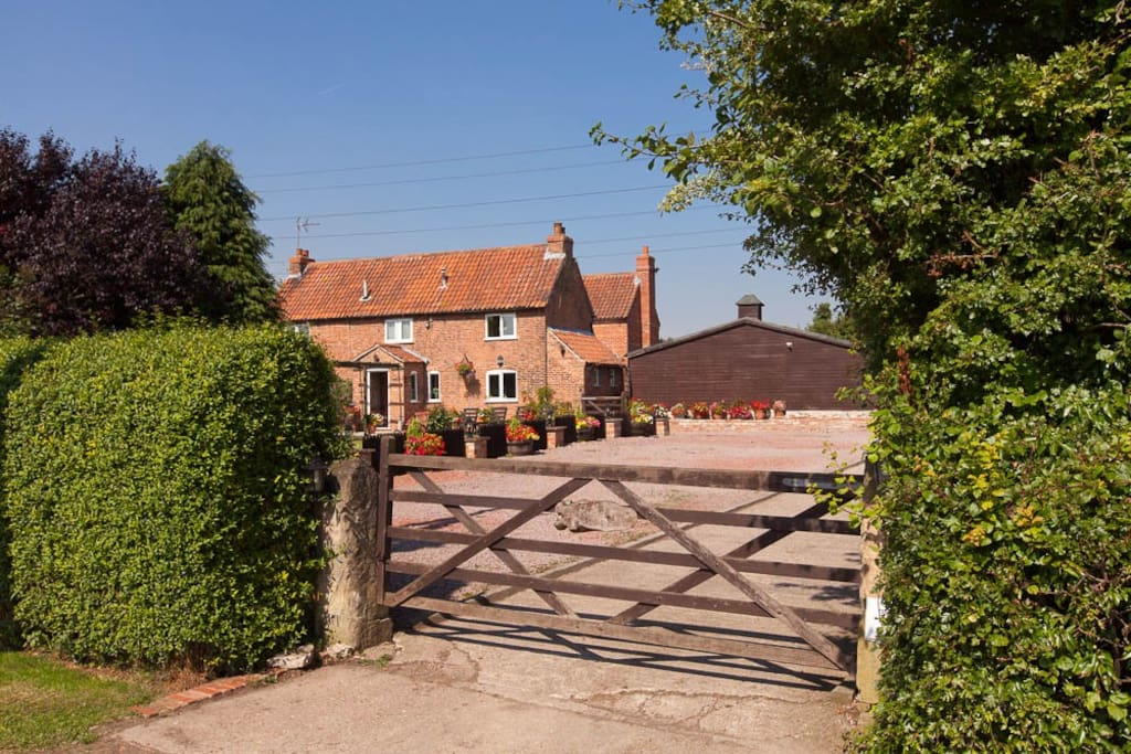 Brecks Cottage from the country road, that our guests can take a nice stroll in the country side