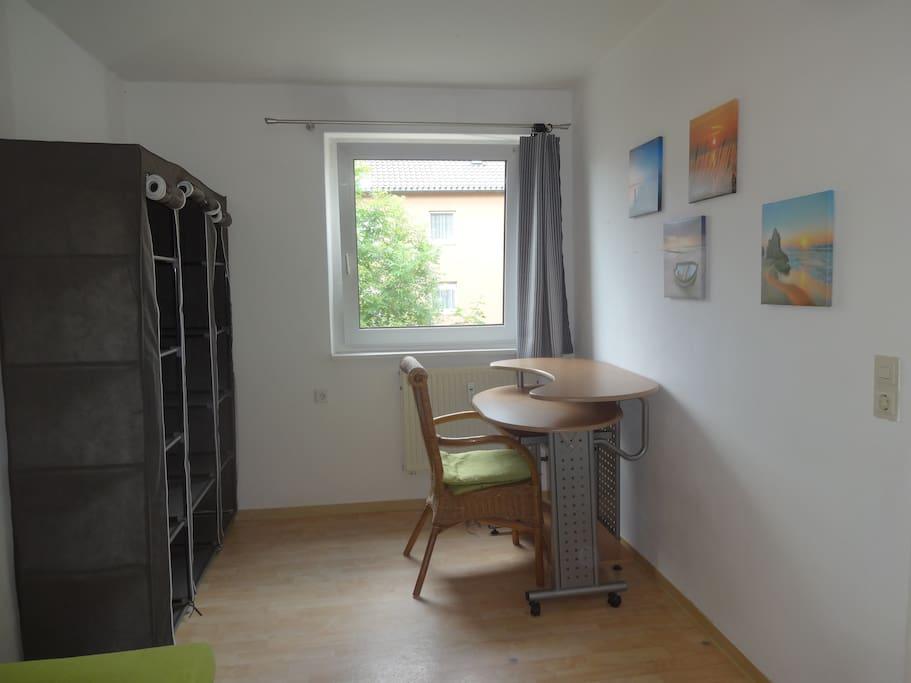 Kleiderschrank und Schreibtisch.