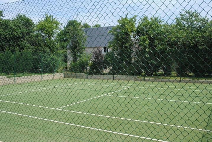 Tennis devant la terrasse arrière