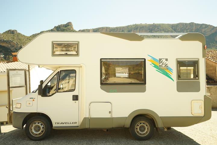autocaravana para estancias por la zona - Sant Llorenç de Montgai - รถบ้าน/รถ RV