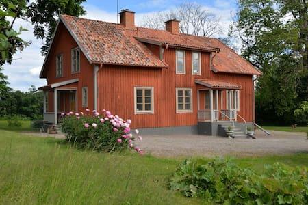 Större lägenhet på gammal prästgård