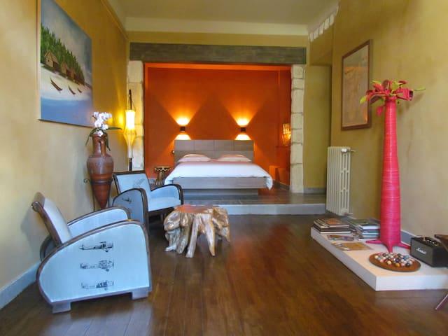 Bohobé Naboty Chambre d'hôte franco - Roquemaure - Bed & Breakfast