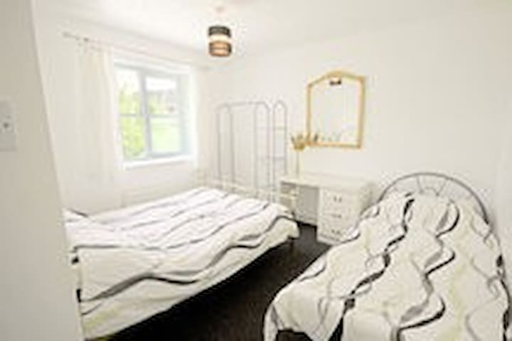 COSY GUEST ROOM,ACCOMMODATES THREE - Bilston - Casa