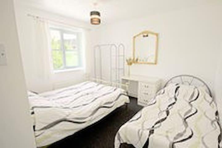 COSY GUEST ROOM,ACCOMMODATES THREE - Bilston - House