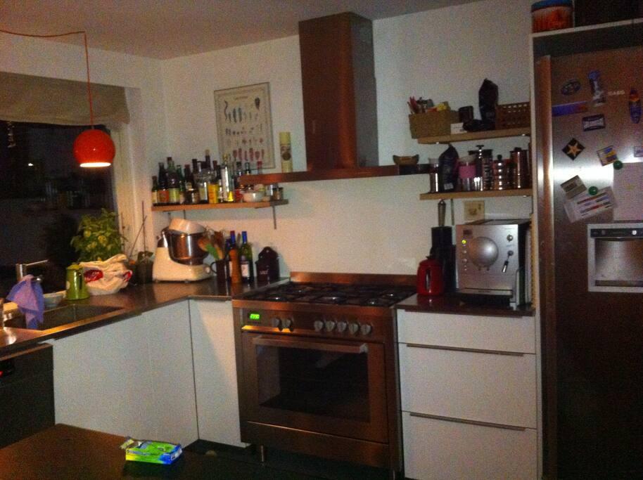 Vi har et stort og hyggeligt køkken