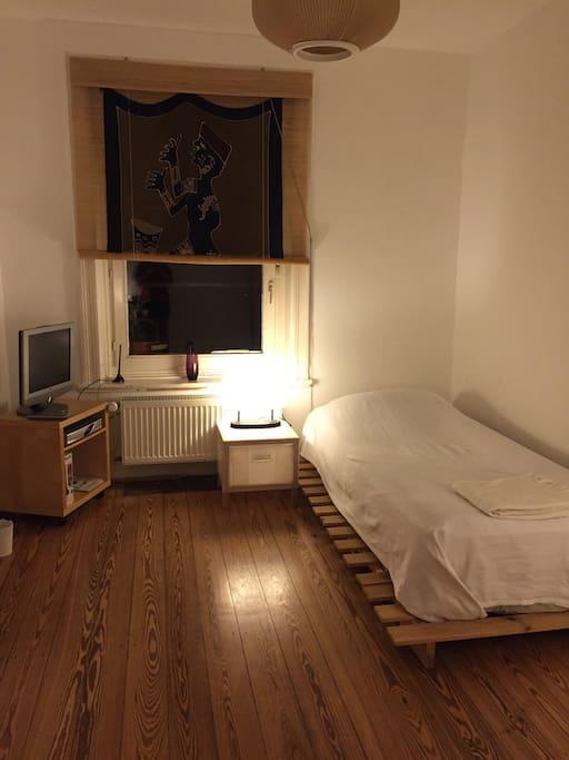 Blick auf Bett , TV ,Fenster