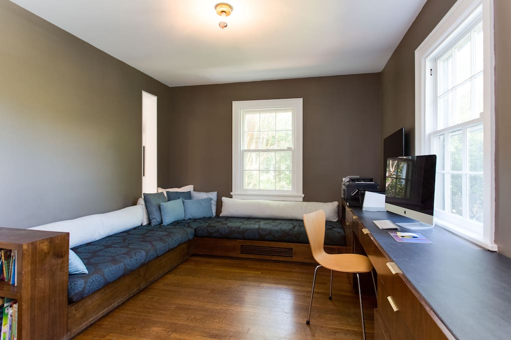 Family room, built-in lounging area, cushions, flat screen TV, cable TV and wireless high speed internet, hardwood floors