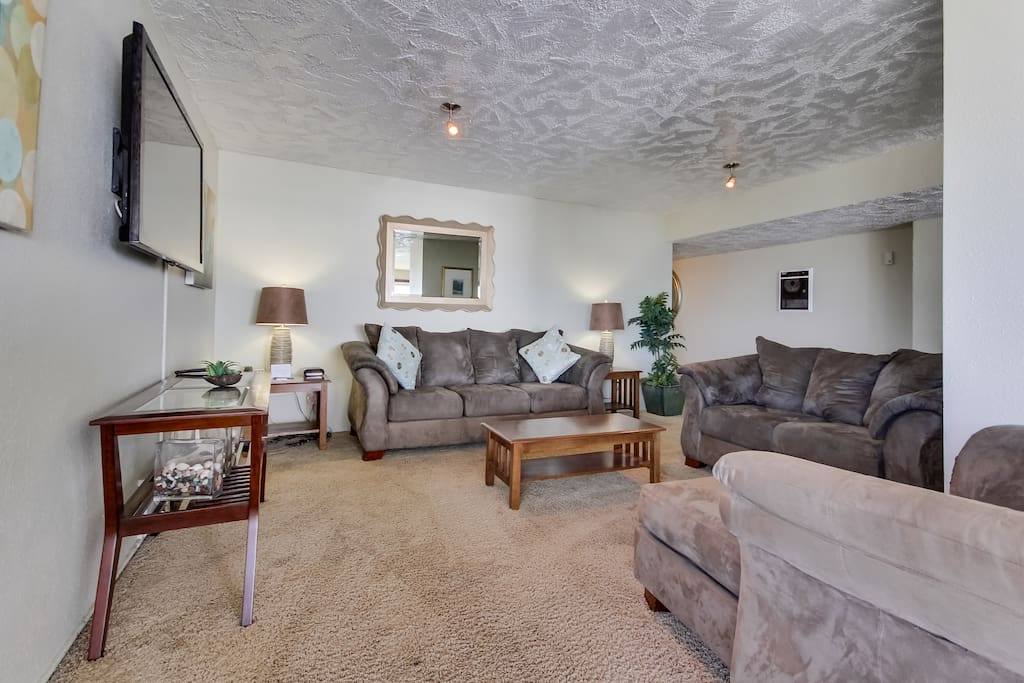 Large living space with flat-screen TV, WiFi and Showtime.
