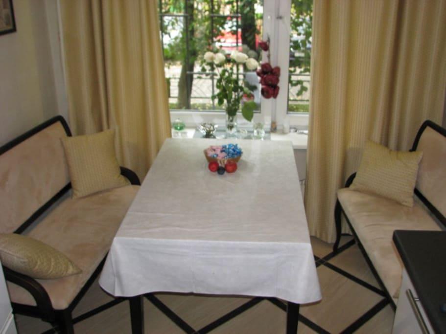 Уютная Кухня: стол 115х75, два кресла.