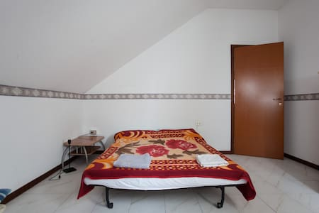 Room in a 2 floor apartment at the top floors of an apartment building. Bathroom on the same floor. Downstairs there is a balcony with a comfortable sofa and a fully equipped kitchen. Washing machine also available.