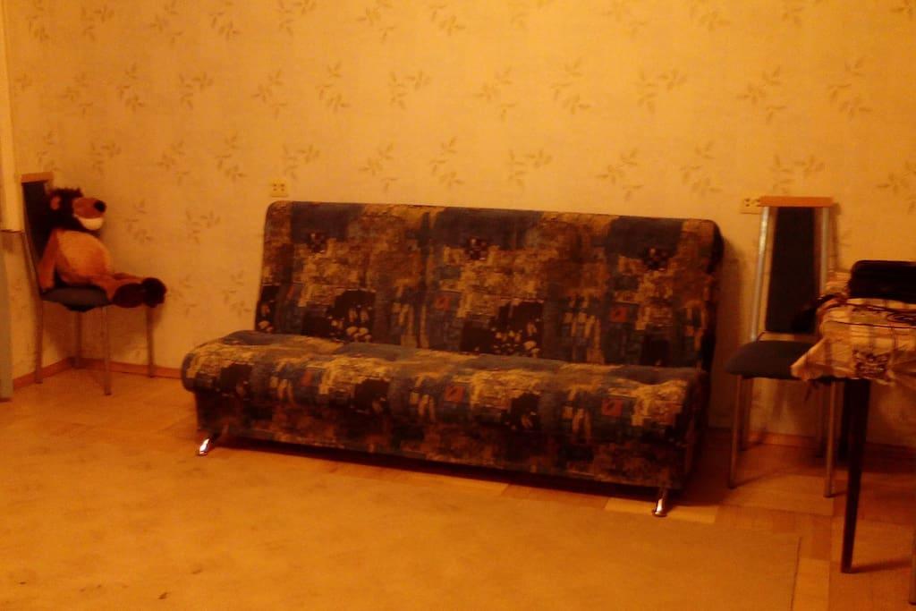 Двух-спальный диван, и надувной матрац для двоих. Возможны и дополнительные места