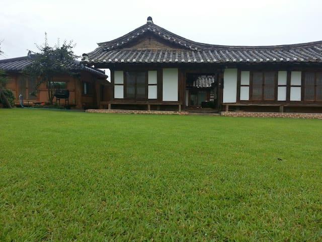 1.은혜당 은혜실  2인실   명품고택  사진을 왼쪽 밀어보세요 - Chuksan-myeon, Yeongdeog - House