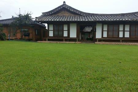 1.은혜당 은혜실  2인실   명품고택  사진을 왼쪽 밀어보세요 - Chuksan-myeon, Yeongdeog - บ้าน