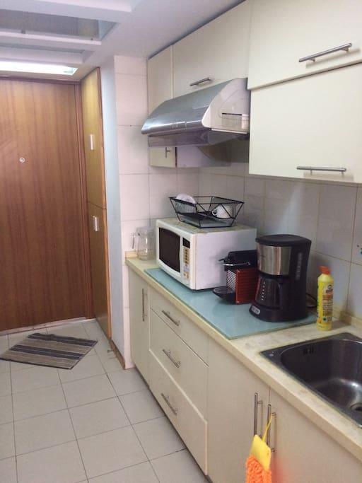 简单厨房洗东西和微波炉咖啡机