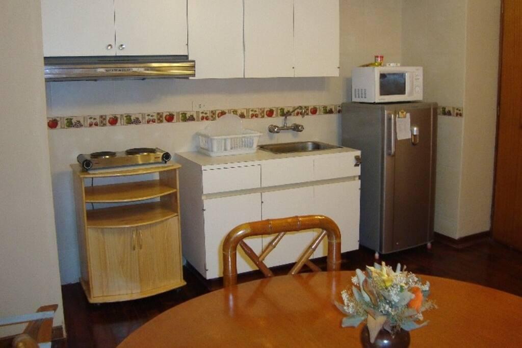 Kitchenett con refrigeradora, microondas.