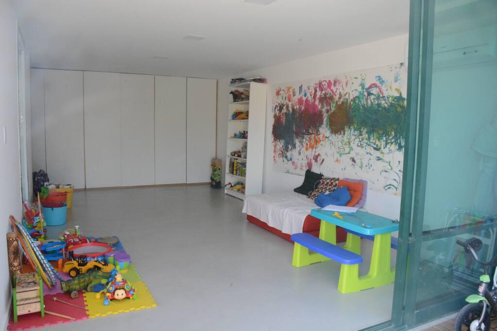 Ampla suíte com sofá cama de casal e brinquedos para as crianças