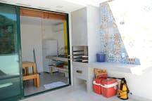 Churrasqueira integrada à cozinha gourmet e ao terraço