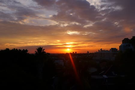 We love watching the sunsets! Balcony area is ideal for relaxing. The balcony overlooks the city, centally located in the heart of Bondi Junction, 2 min walk to Shopping Centre & Bondi Junction train station, short bus ride or walk to Bondi Beach.