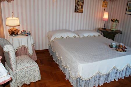 Villa La Castagnola -Camera La Rosa - Rocca di Papa - Bed & Breakfast