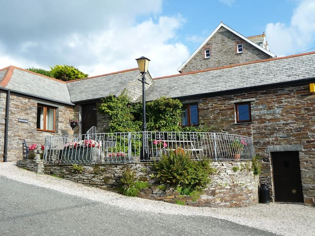 Nr Tintagel Luxury Barn/Parking close to beach