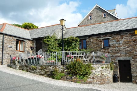 Nr Tintagel Luxury Barn and parking close to beach - House