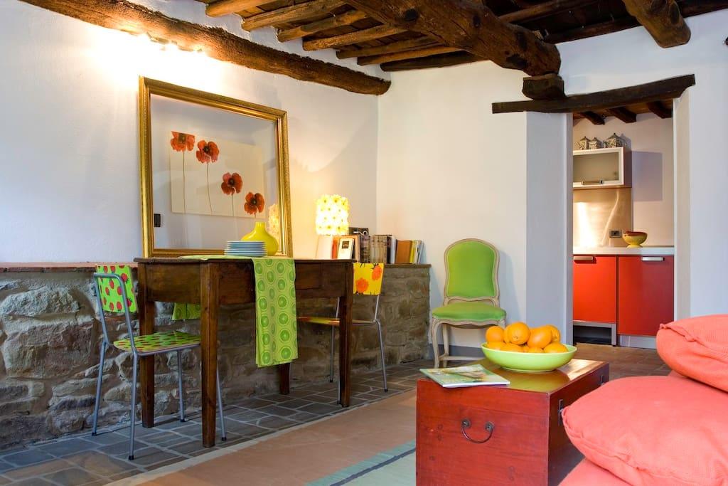 Podere Villole Montevarchi Toskana Im Gegensatz zu den zwei größeren, auch für vier Personen geeigneten Appartments ist Arezzo mit rund 65 Quadratmeter Wohnfläche für nur zwei Personen ausgelegt. Im Erdgeschoß befinden sich der Eingang, Küche, Esszimmer, Bad und Terrasse sowie das Schlafzimmer mit dem in das Raum-Design integrierten 800 Jahre alten Felsfundament des Hauses.