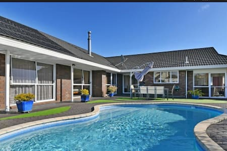 Close to the airport, bus and train - Auckland - House