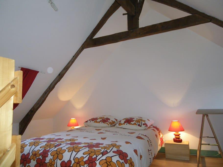 La chambre au niveau supérieur (Lit parapluie pour bébé présent)