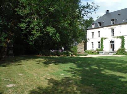 Grande maison familiale de charme - Léglise - House