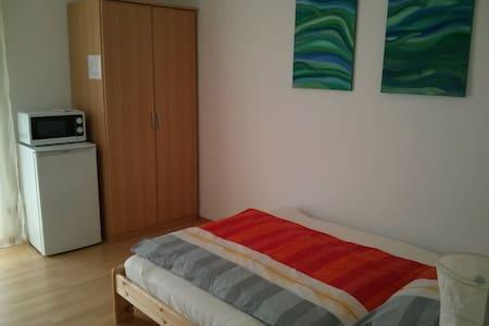 Zimmer im Grünen - zentral - Rottenburg - House