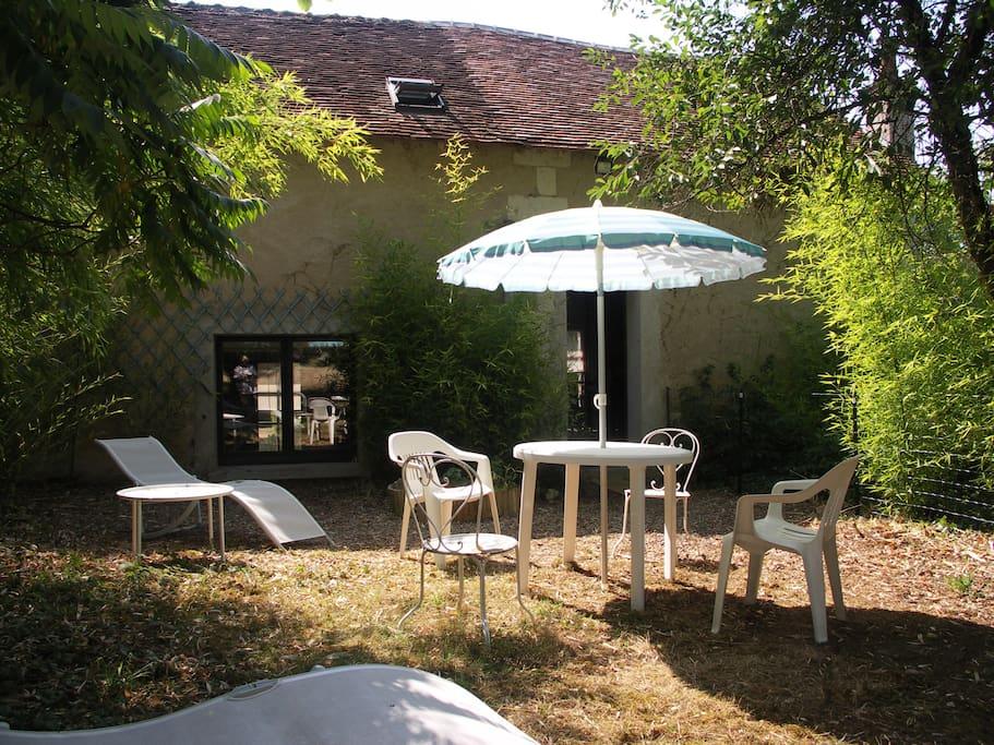 Le jardin clos, réservé aux voyageurs, est situé derrière le bâtiment. Il est accessible par la cuisine/salle à manger