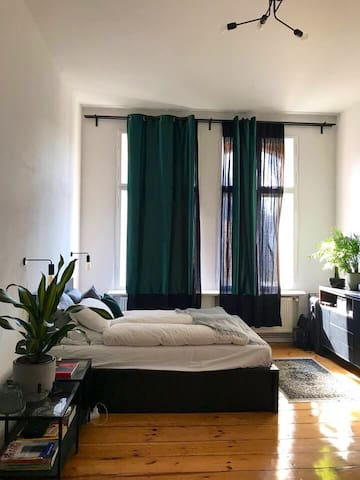 Beautiful room in spacious apartment in Schöneberg