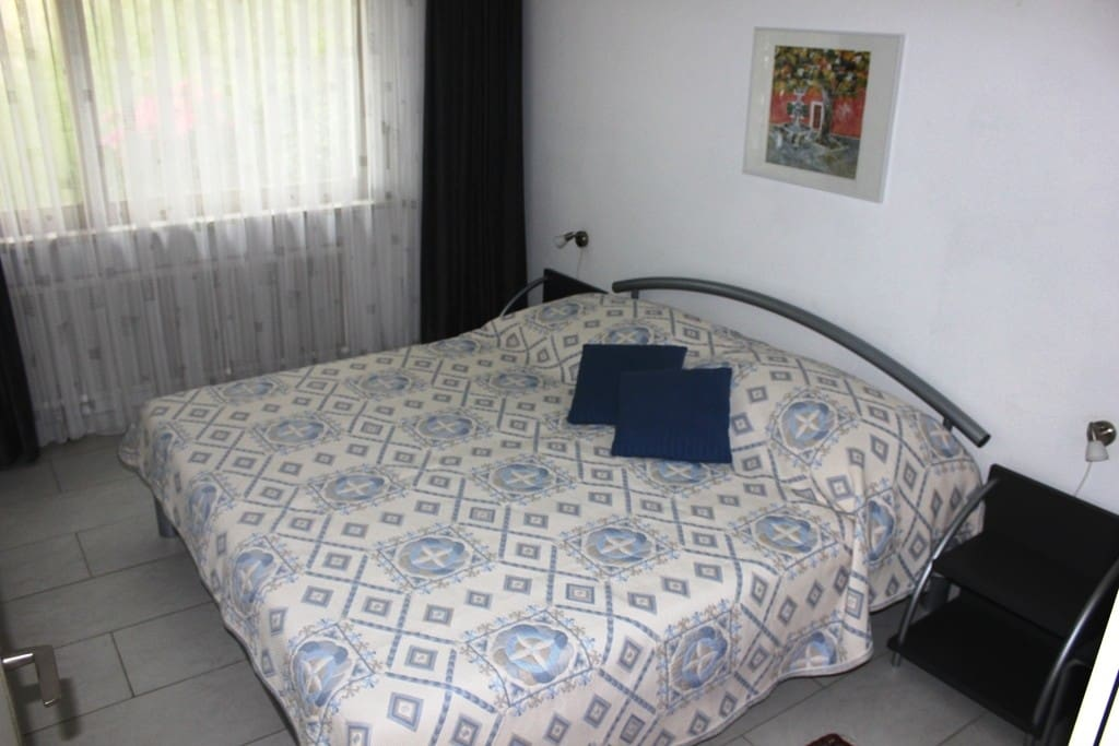 Schlafzimmer mit eingebauten Kleiderschränken