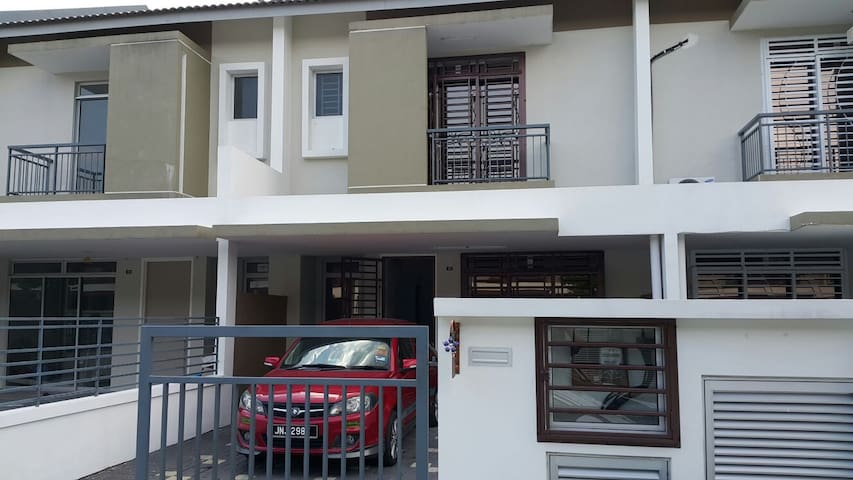 4 BR SPACIOUS HOME NEAR LEGOLAND - Nusajaya - House