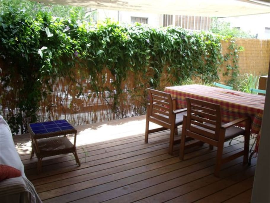 A private garden that invites to eat breakfast or have a coffee outside without getting out and without being seen